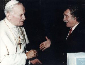 El excéntrico Puharich con Juan Pablo II.