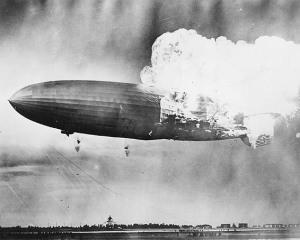 La catástrofe del dirigible de hidrógeno Hindenburg.