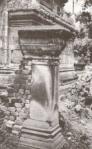 """Capitel del templo de Angkor y detalle de la piedra """"deteriorada""""."""
