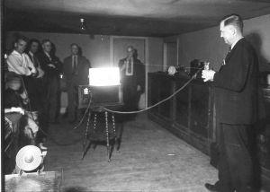 Thomas Henry Moray presentando su dispositivo supuestamente capaz de generar 50 Kw.