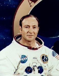 El astronauta Edgard Mitchell abandonó la NASA en 1972. Asegura haber sido curado de un cáncer a distancia, y que la TIerra hace años que esta en contacto con extraterrestres.