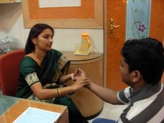 Una médico ayurveda realiza un diagnóstico a partir de los tri-doshas.