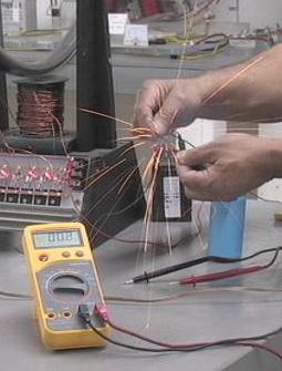 Condensador cortocircuitando energía transversal electromagnética convencional. El resultado es calor, magnetismo y una explosión.