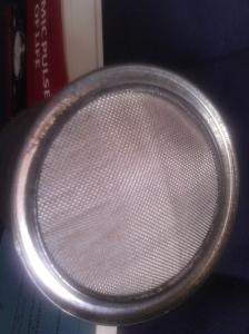 Detalle de la doble malla de acero y algodón del orgonoscopio.