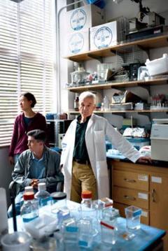 El virólogo Peter Duesberg y su equipo.