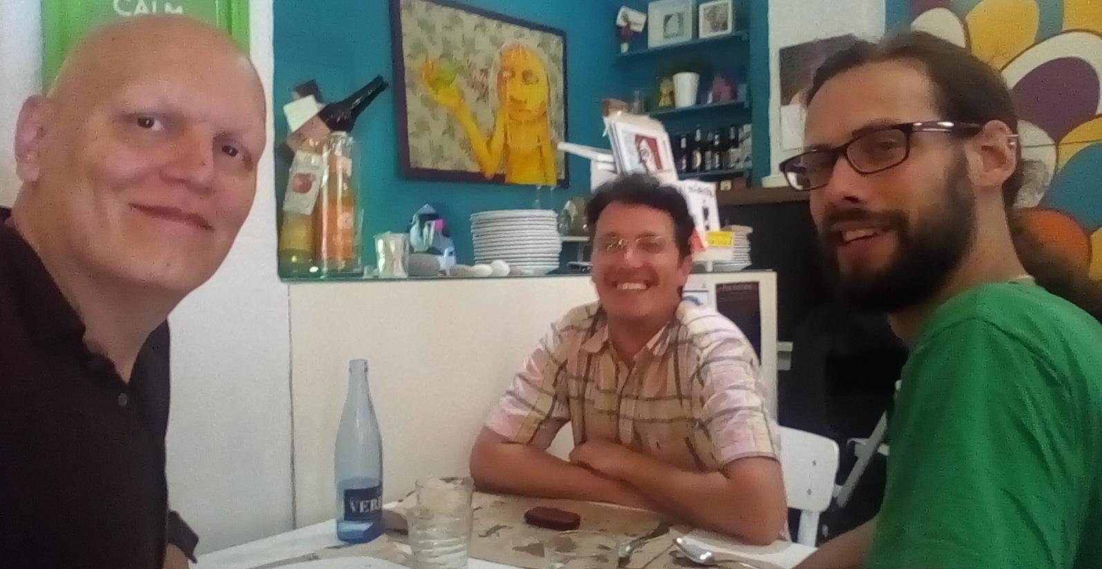 Con Abraham Navarro editor y Luis Gil maquetador de Cauac en Murcia el pasado 4 de junio. Selfie del autor.