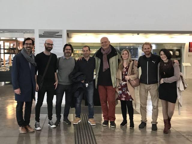 """De izquierda a derecha, mis amigos Gabriel Gomera, Carlos Oliver Cirera, el director de ELISAVA Javier Peña, el autor, Eva Juan, Estanis Puig y Belén López. Foto tomada durante la visita a la exposición """"Design Does"""" en el Museu del disseny de Barcelona, el pasado 6 de mayo de 2018."""