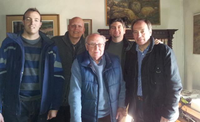 De izquierda a derecha, mis amigos Leonard Escudero, el autor, el maestro Borrás, Jose Luis Tejero y Pablo Agustín Arpa, durante la visita que le realizaron en febrero de 2013.